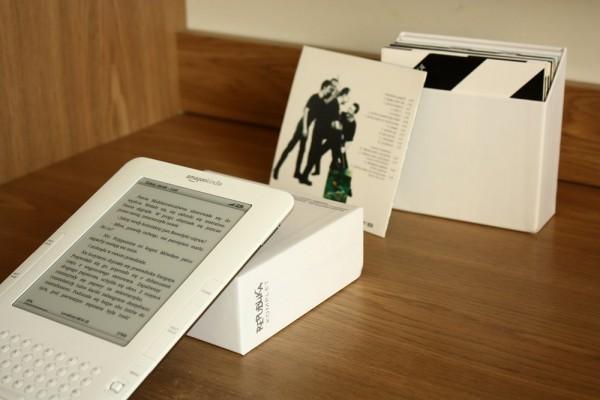 Kindle na biurku, opierający się o pudełko płyt Republiki