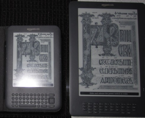 Kindle 3 obok Kindle DX