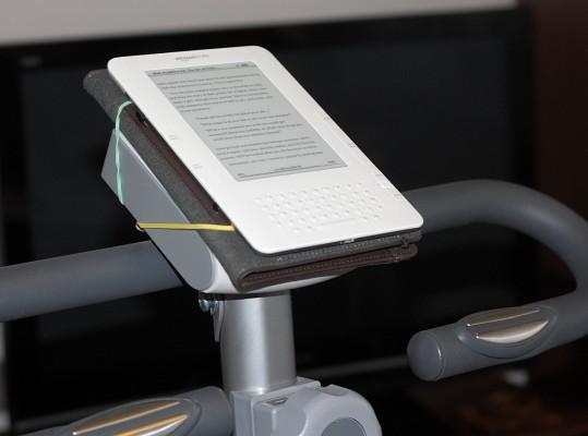 Kindle 2 w okładce zamocowany na wyświetlaczu roweru stacjonarnego