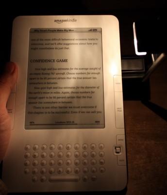 Lampka Kindle z boku