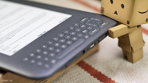 Papierowa figurka zjadająca Kindle