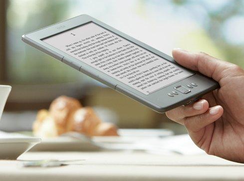 Ręka trzymająca Kindle Classic