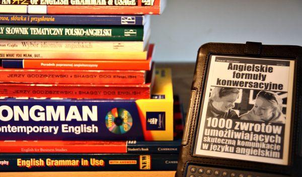 Podręczniki do angielskiego i mały Kindle
