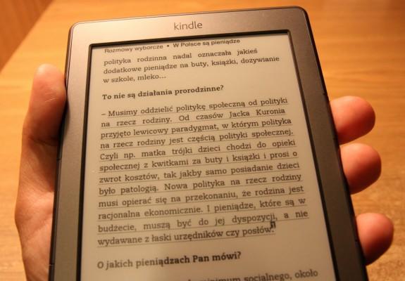 Trzymanie Kindle całą dłonią