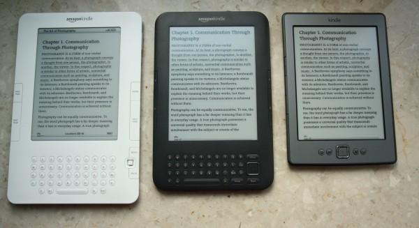 3 wersje Kindle na parapecie z włączoną książką