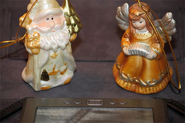 Figurki świąteczne patrzące się wKindle