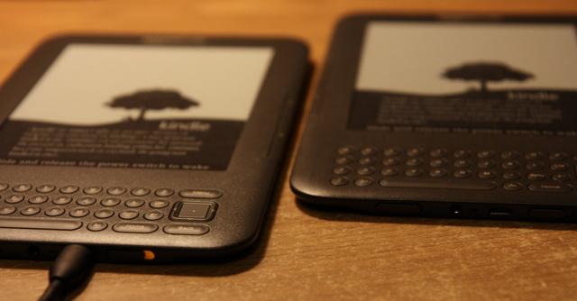 Dwa Kindle na biurku
