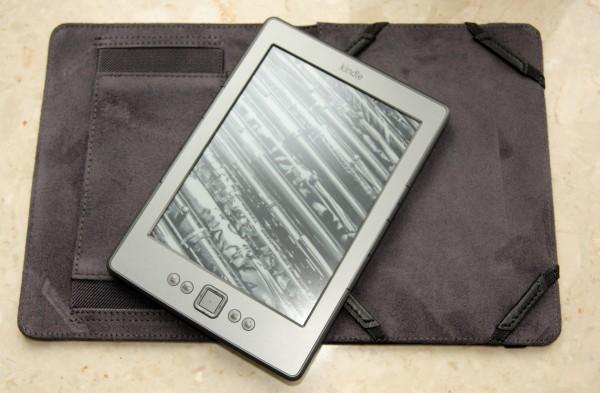 Rozłożona okładka Marware i Kindle Classic