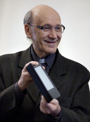 Heller trzymający Kindle