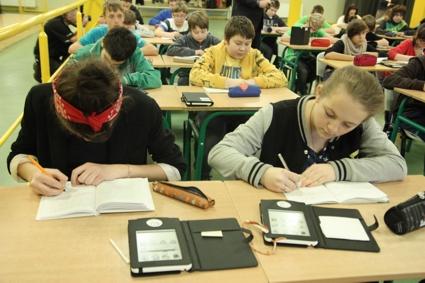 Uczniowie z Ostrowa z czytnikami