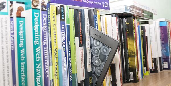 Kindle Touch na półce z książkami