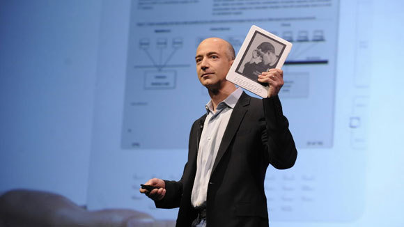 Jeff Bezos z Kindle DX 1