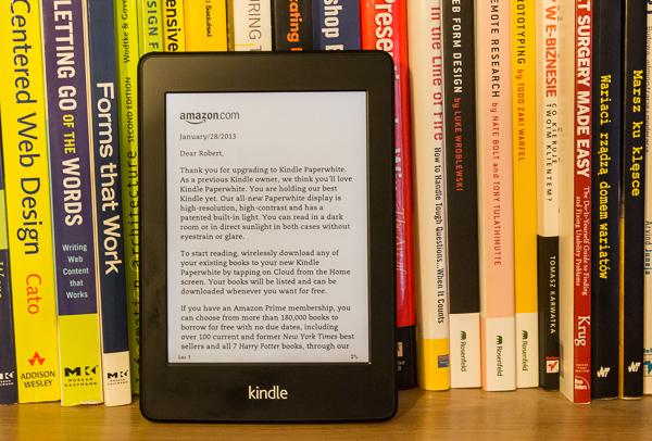Kindle Paperwhite wśród książek na półce