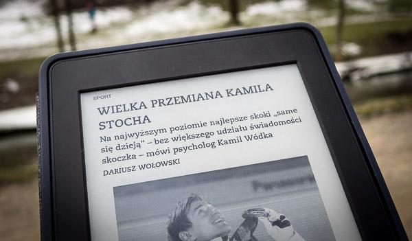 Kindle Paperwhite trzymany w ręku