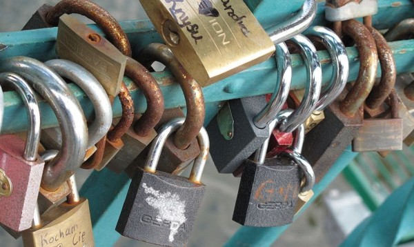 Tumski_Bridge_Wroclaw_love_locks_01d